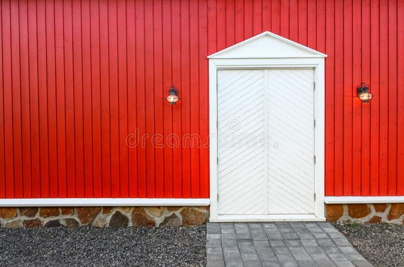 Pared de madera roja y puertas principales blancas con dos for Paredes y puertas blancas