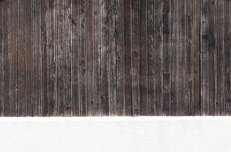 Pared de madera vertical resistida y un piso pintado blanco del cemento fotografía de archivo