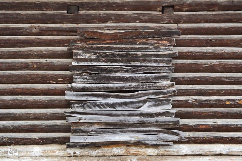 Pared de madera vieja con la ventana ascendente subida Fachada de una cabaña de madera construida a finales del siglo XIX en Rusi imágenes de archivo libres de regalías