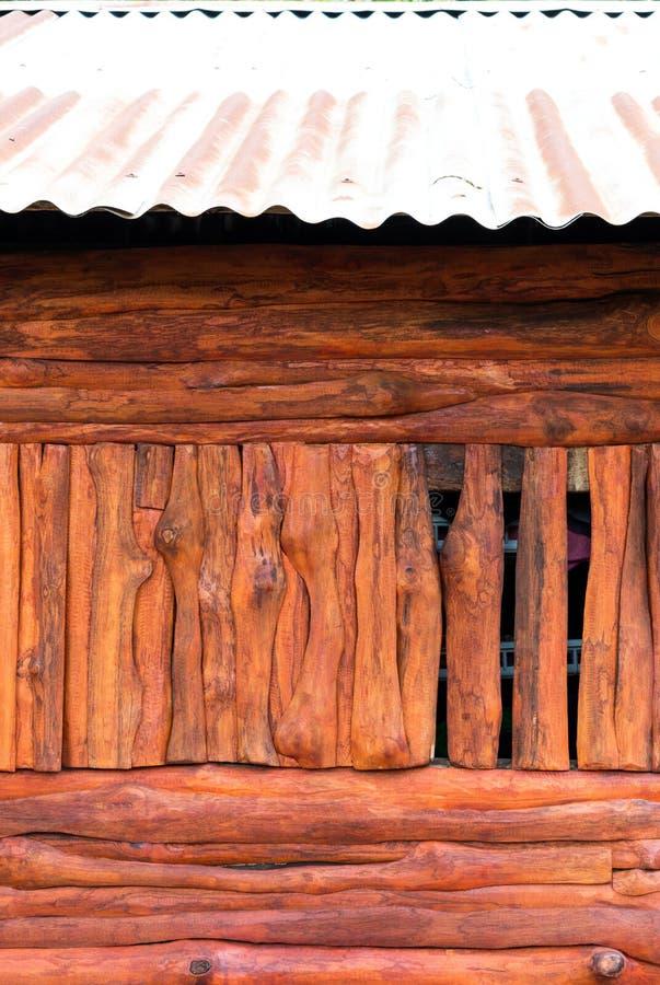 Pared de madera vieja debajo del cinc viejo imagen de archivo libre de regalías