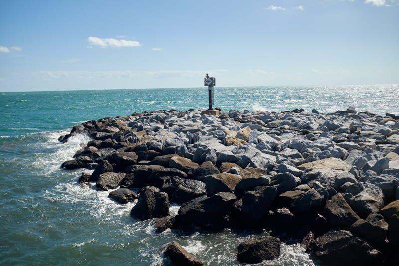 Pared de mar o rompeolas construido de rocas naturales fotos de archivo libres de regalías