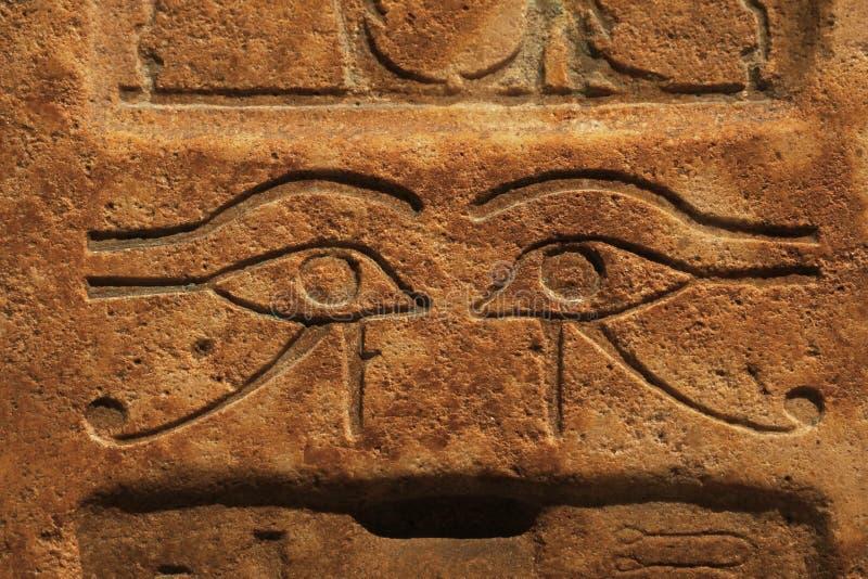 Pared de piedra con alivio de bas egipcio antiguo tallado imagenes de archivo