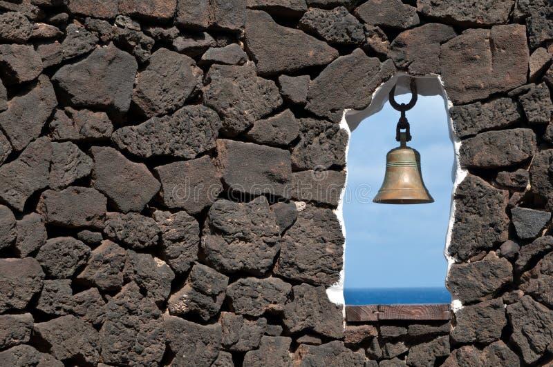 Pared De Piedra Con La Ventana Y La Alarma Foto de archivo libre de regalías