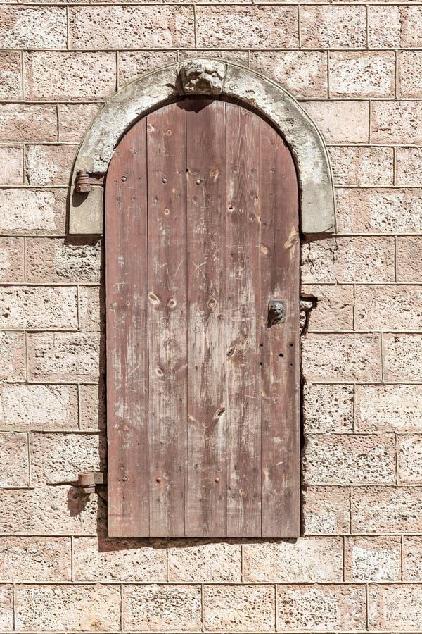 Pared de piedra con las puertas fotos de archivo libres de regalías