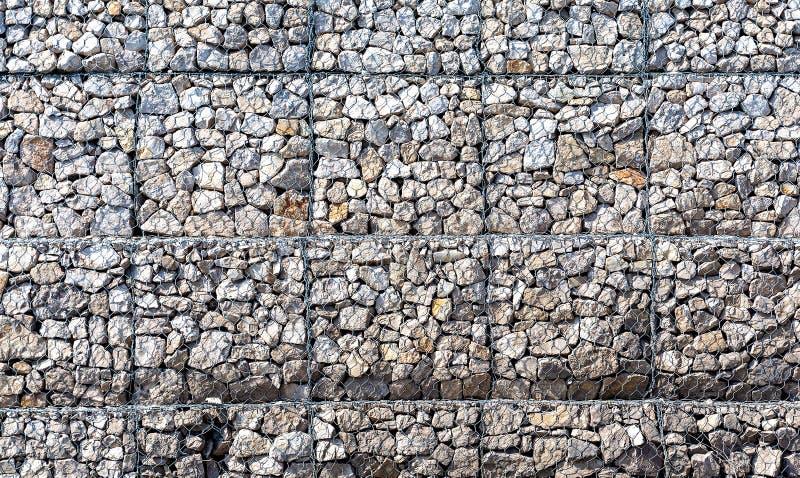 Pared de piedra con rejilla del metal como fondo fotos de archivo