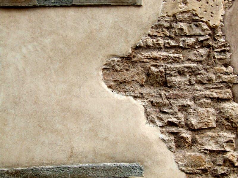 Pared de piedra con yeso de la peladura foto de archivo libre de regalías