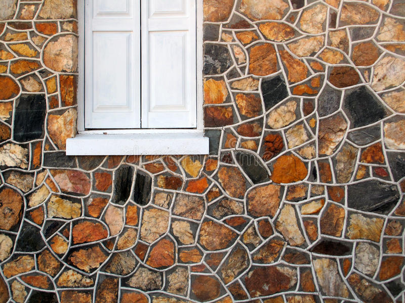 Pared de piedra decorativa con la ventana fotografía de archivo
