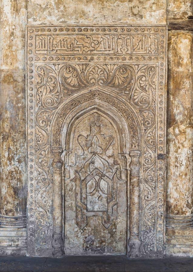 Pared de piedra grabada adornada con los estampados de flores y la caligrafía, Ibn Tulun Mosque, El Cairo, Egipto fotografía de archivo libre de regalías