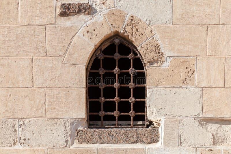 Pared de piedra de la fortaleza vieja con la ventana imagen de archivo