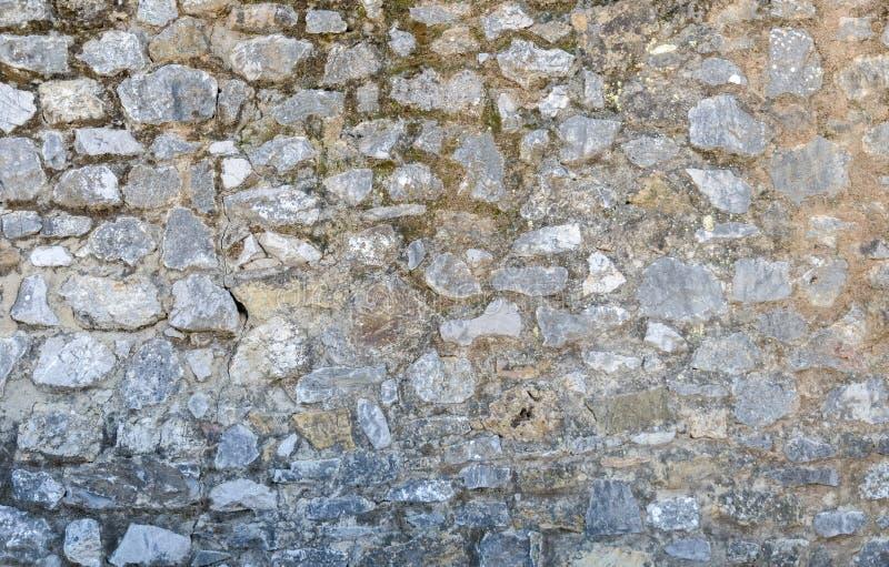 Pared de piedra vieja Las piedras se sostienen con el cemento fotografía de archivo libre de regalías