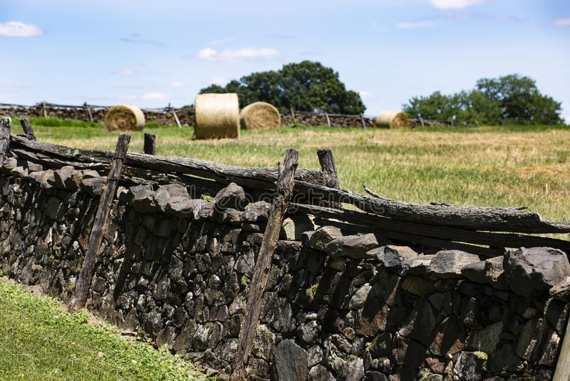 Pared de piedra y balas de heno hermosas en el campo cerca de Upperville Virginia imágenes de archivo libres de regalías