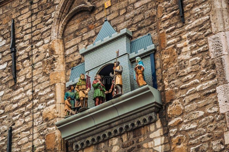 Pared de piedra y carillón con las marionetas mecánicas al lado ayuntamiento gótico del Gouda en día nublado fotos de archivo
