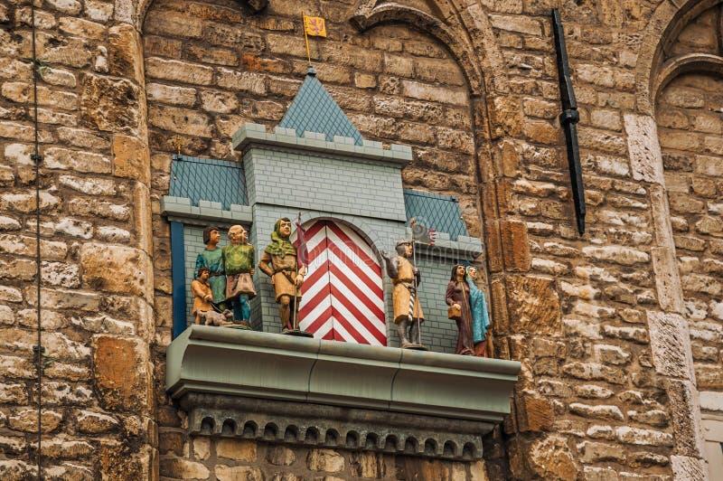 Pared de piedra y carillón con las marionetas mecánicas al lado ayuntamiento gótico del Gouda en día nublado fotografía de archivo libre de regalías