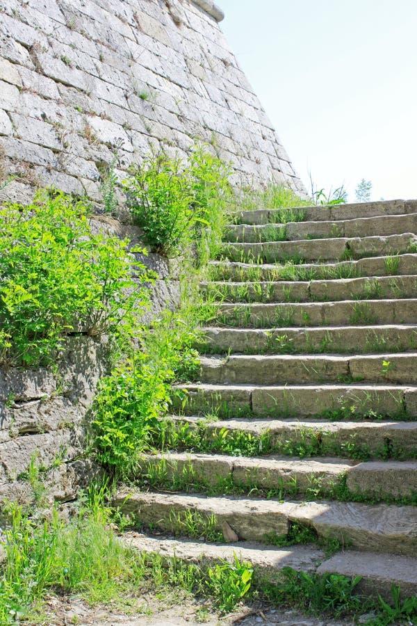 Pared de piedra y escaleras imagenes de archivo