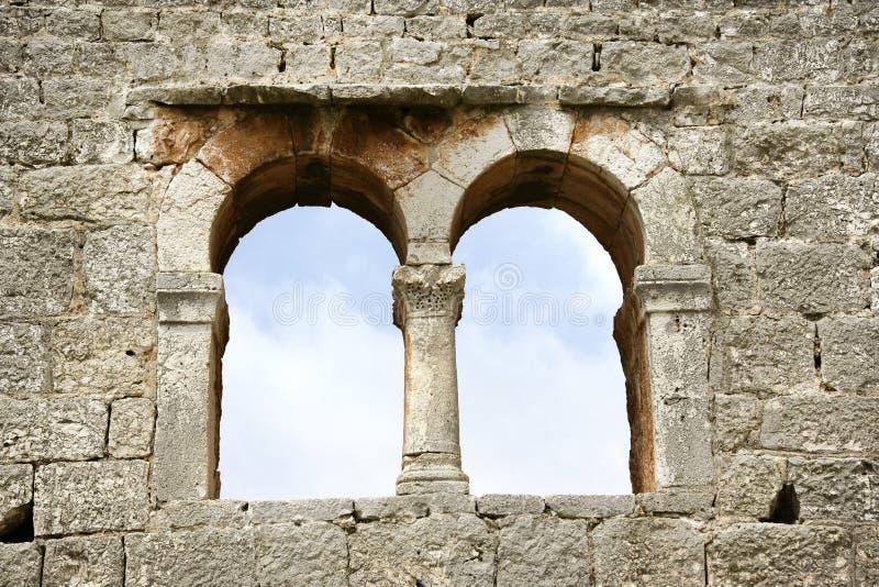 Pared de piedra y ventana imágenes de archivo libres de regalías