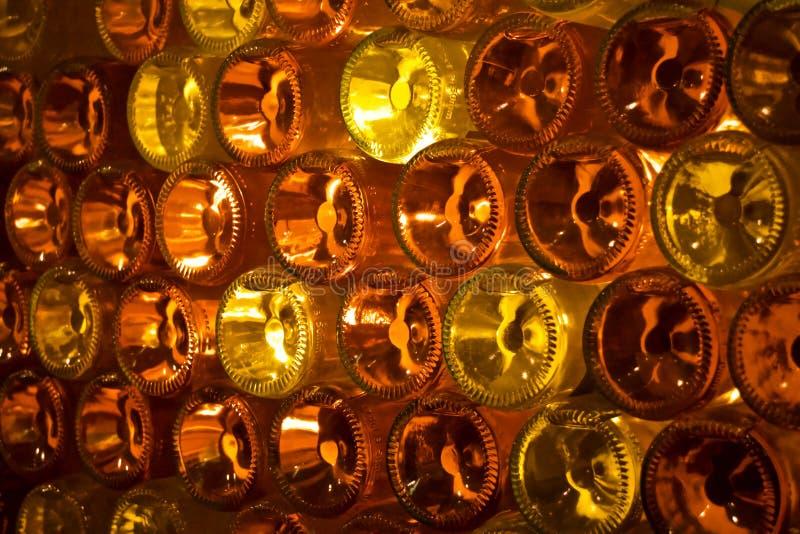Pared decorativa de las botellas de cristal imagenes de archivo