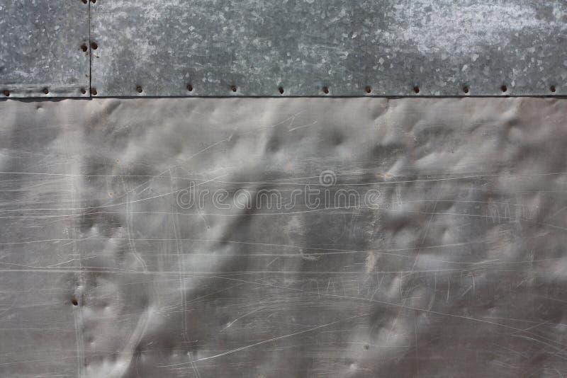 Pared del aluminio y del estaño perforados fotografía de archivo libre de regalías