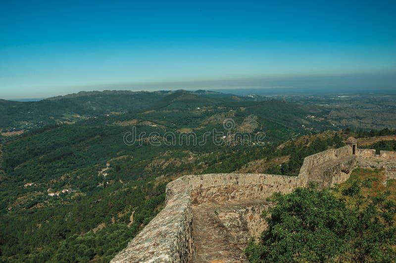 Pared del castillo en canto con paisaje montañoso en Marvao fotos de archivo libres de regalías