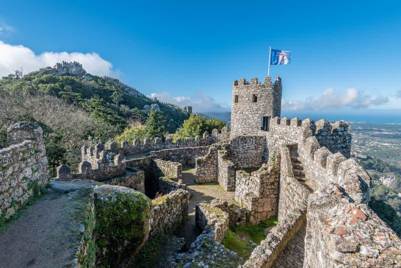 Pared del castillo y torre del castillo moro en Sintra imagen de archivo