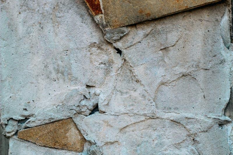 Pared del cemento con defectos y rastros de tejas imagenes de archivo