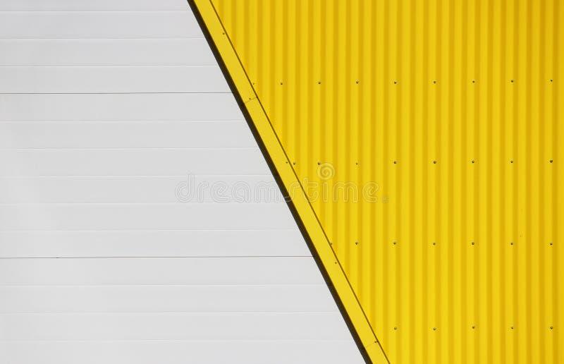 Pared del centro comercial grande con un fondo beige y amarillo imagenes de archivo