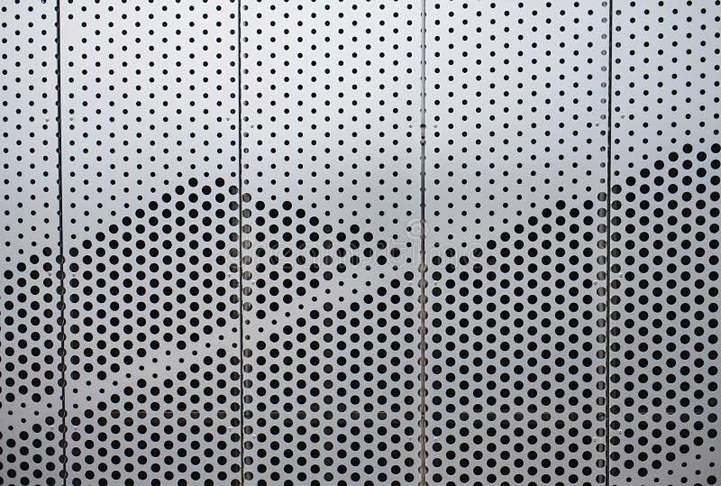Pared del edificio de oficinas futurista del metal plateado foto de archivo