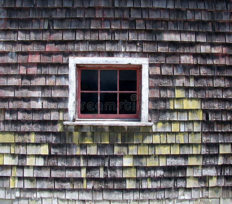 Pared del granero de la tabla del cedro con seis ventanas del cristal fotografía de archivo libre de regalías