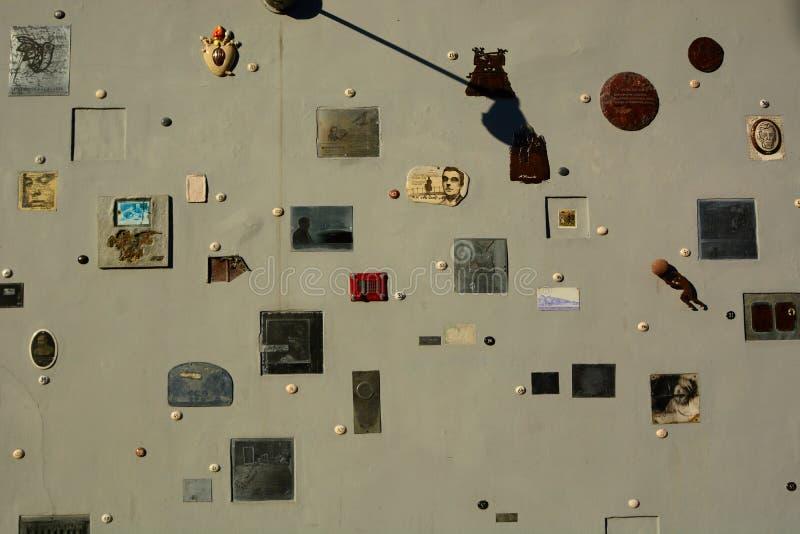 Pared del monumento de la calle de Literatu vilnius lituania foto de archivo libre de regalías