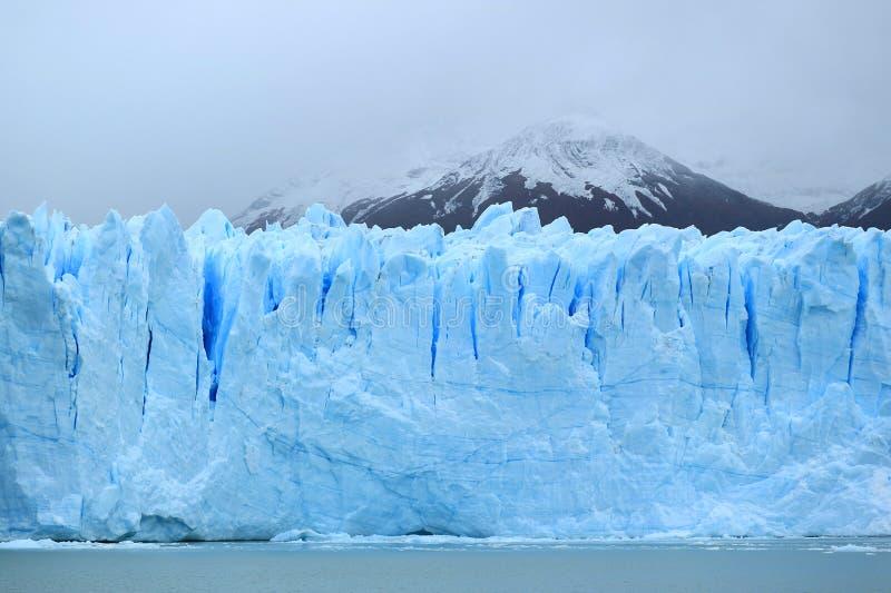 Pared enorme impresionante de los azules claros de Perito Moreno Glacier en el parque nacional del Los Glaciares, EL Calafate, la imagen de archivo