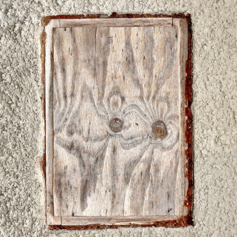 Pared enyesada blanco con el fondo en blanco del marco de la madera contrachapada foto de archivo libre de regalías