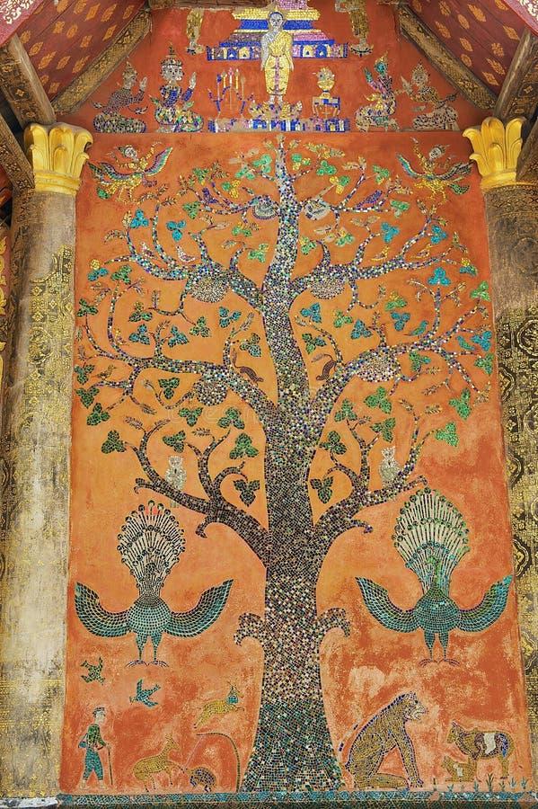 Pared exterior con el mosaico hermoso del árbol del pabellón en el templo de la correa de Xieng en Luang Prabang, Laos imágenes de archivo libres de regalías