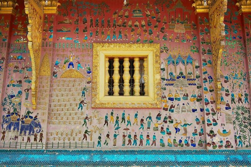 Pared exterior con el mosaico hermoso del pabellón en el templo de la correa de Xieng en Luang Prabang, Laos imagenes de archivo