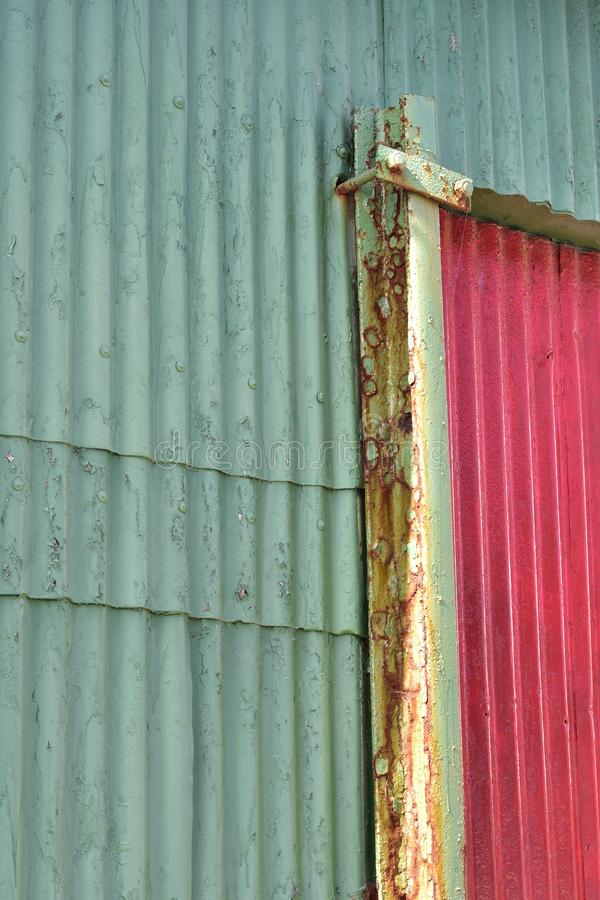 Pared exterior del metal acanalado oxidado imágenes de archivo libres de regalías