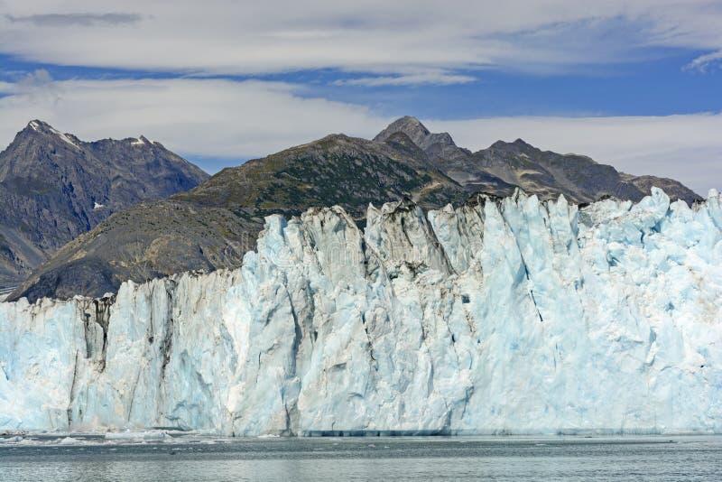 Pared glacial que obscurece las montañas foto de archivo libre de regalías