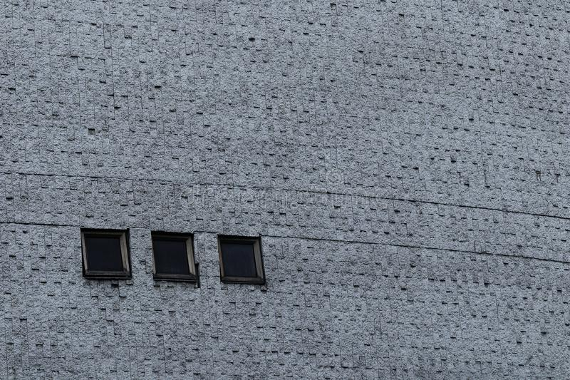 Pared gris con textura del cemento y tres ventanas de la casilla negra imágenes de archivo libres de regalías