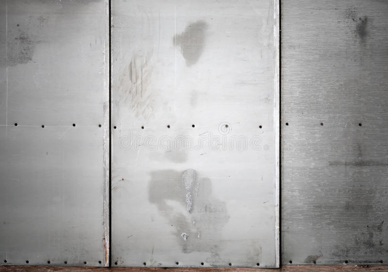 Pared gris del metal con textura del fondo de los tornillos fotos de archivo