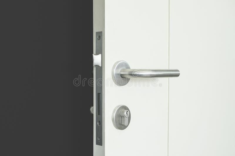 Pared gris oscuro con la puerta abierta, sitio vacío foto de archivo libre de regalías