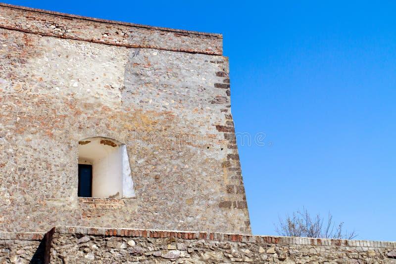 Pared gruesa del castillo de Palanok en la ciudad de Mukachevo Ucrania foto de archivo