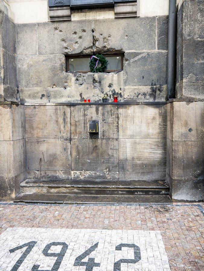 Pared hablada enigm?ticamente bala de la iglesia ortodoxa checa de St Cyril y de St Methodius en Praga imagen de archivo