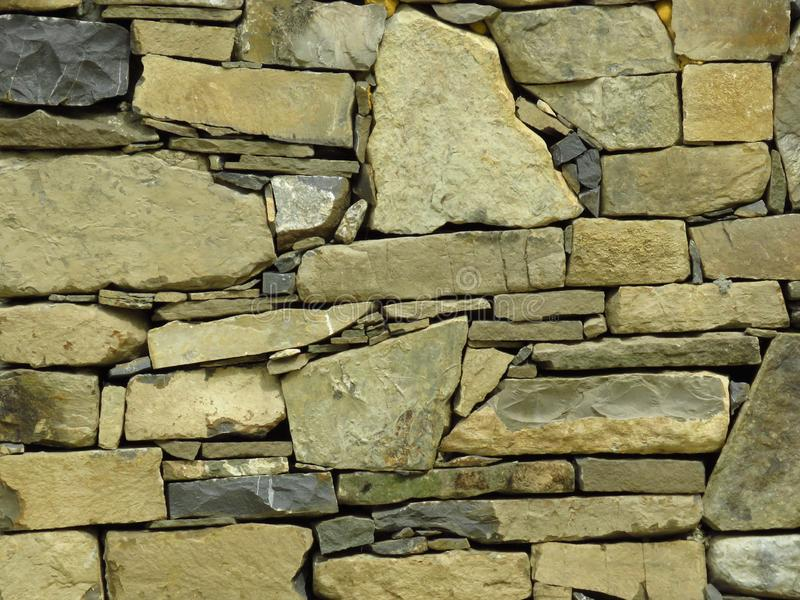 Pared hecha de bloques de piedra grises grises conveniente para el fondo o el papel pintado ladrillo Pared moderna fotos de archivo libres de regalías