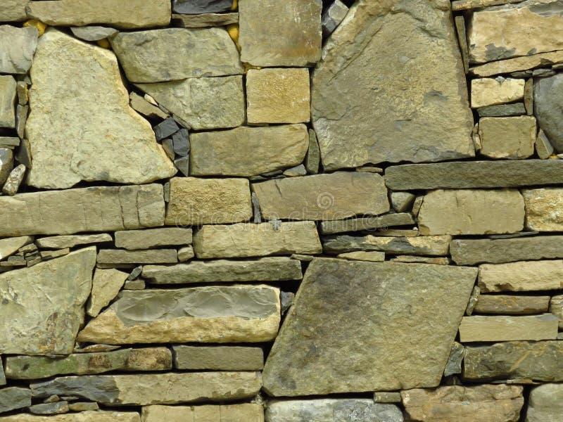 Pared hecha de bloques de piedra grises grises conveniente para el fondo o el papel pintado ladrillo Pared moderna foto de archivo