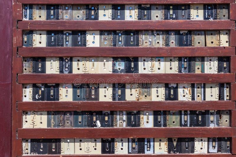 Pared hecha de las cintas de casete viejas imagen de archivo libre de regalías