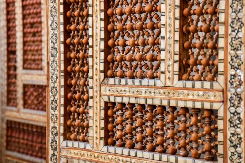 Pared hecha a mano mano de madera oriental árabe de la protección con el ornamento islámico imagenes de archivo