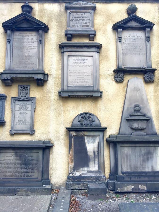 Pared histórica de la piedra sepulcral en Escocia fotos de archivo
