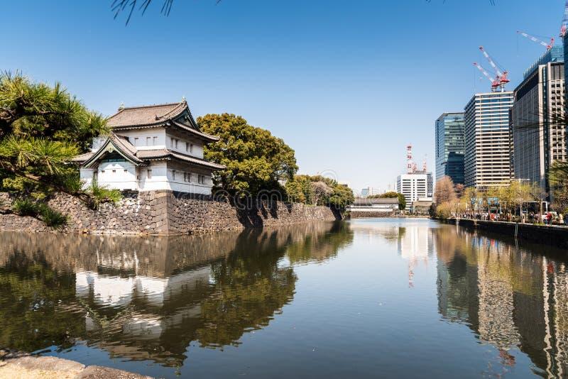 Pared imperial del palacio y edificios modernos en Tokio central en un día de invierno claro imagen de archivo libre de regalías