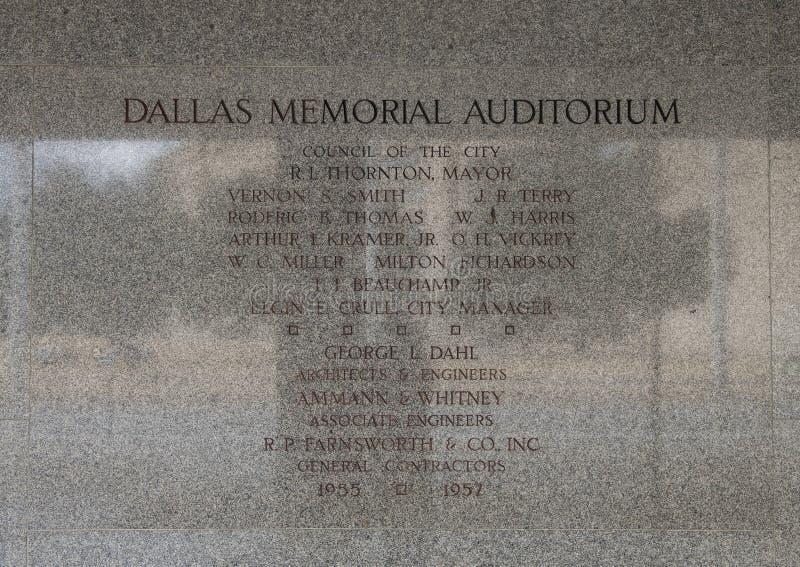 Pared informativa que graba al agua fuerte cerca de la entrada a Dallas Memorial Auditorium imágenes de archivo libres de regalías