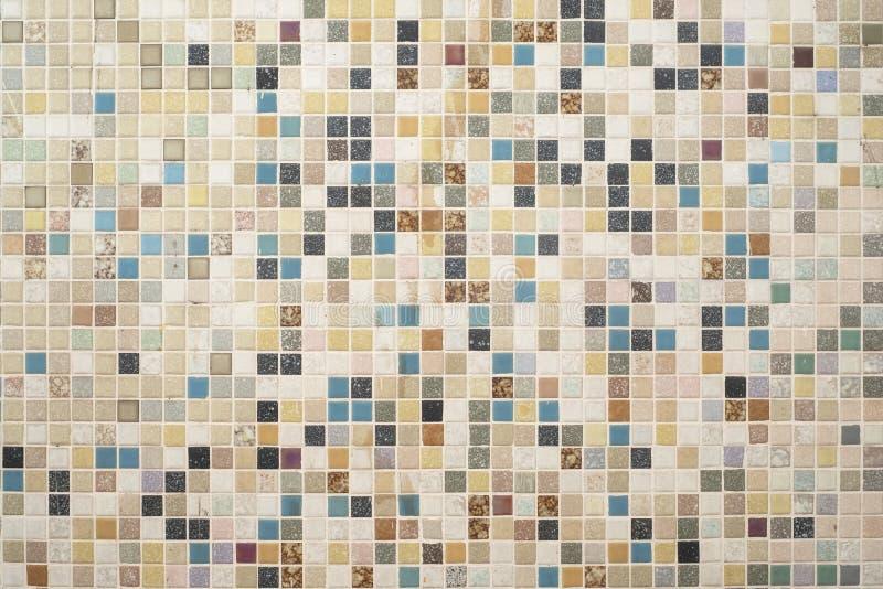 Pared interior de las tejas de mosaico de algún edificio viejo de la vivienda de protección oficial imagenes de archivo