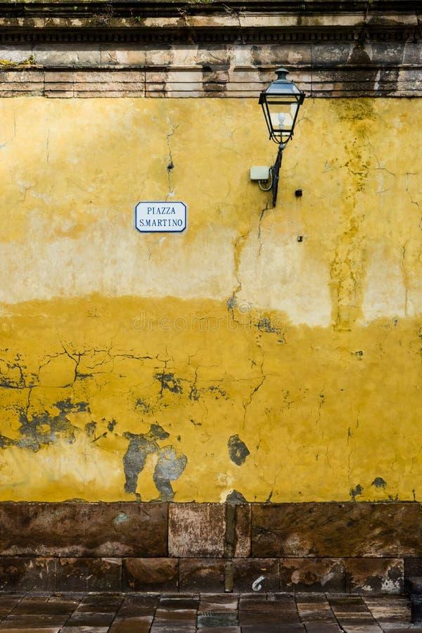 Pared italiana de la ciudad - vieja, clásica, llevado y el encantar foto de archivo