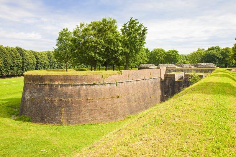 Pared medieval de la fortaleza en la ciudad italiana de Lucca Toscana, Italia fotografía de archivo