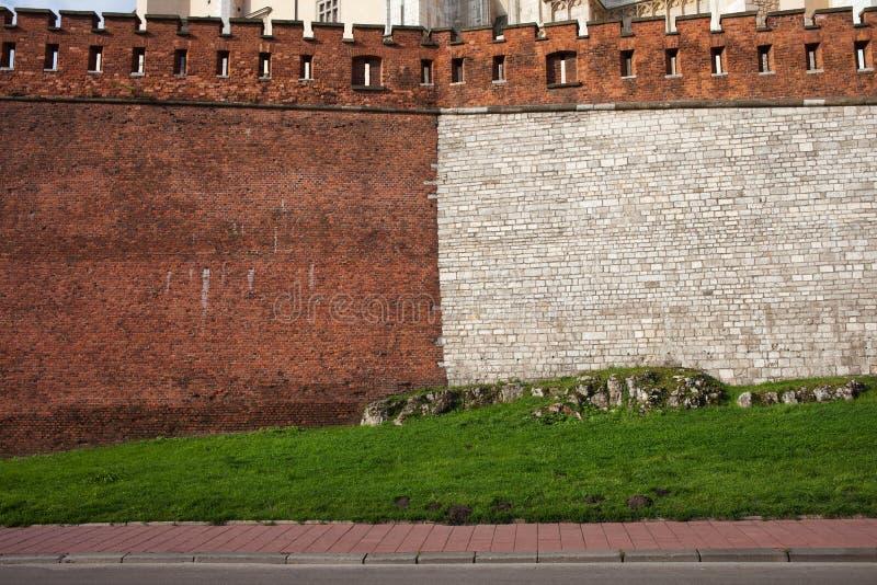 Pared medieval del castillo de la piedra y del ladrillo imagen de archivo